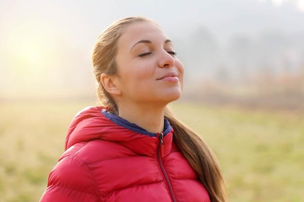 Retrato de una bella mujer haciendo ejercicios de respiración
