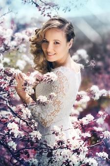 Retrato de una bella mujer en un jardín floreciente