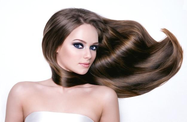 Retrato de una bella mujer joven con cabello largo y maquillaje de ojos negros brighr- horizontal