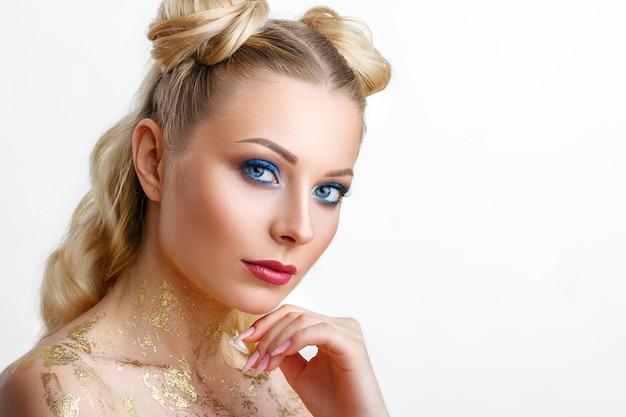 Retrato de una bella mujer joven con maquillaje profesional, belleza, moda, cosmetología y spa.