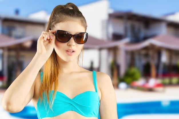 Retrato de una bella mujer joven posando en bikini