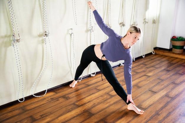 Retrato de una bella mujer joven en pose de yoga