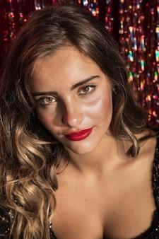 Retrato de una bella mujer con ojos marrones