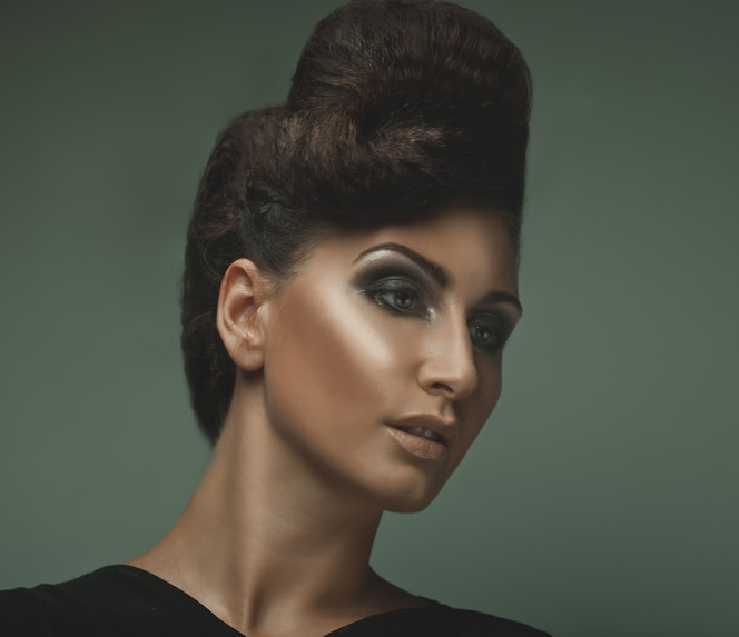 Retrato de una bella mujer con peinado y maquillaje elegante