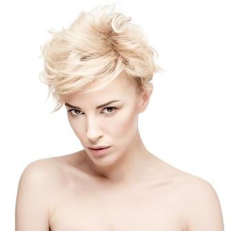 Retrato de una bella mujer con piel limpia
