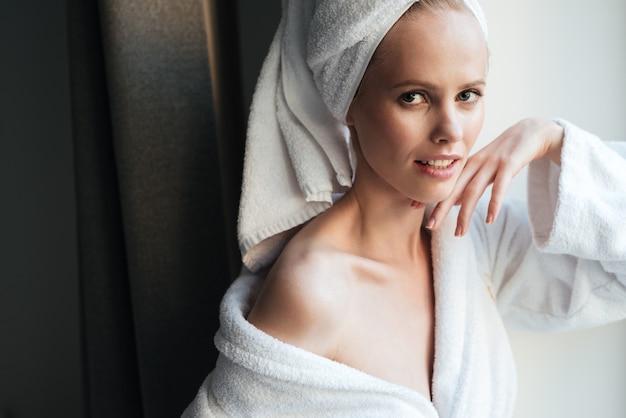 Retrato de una bella mujer sana en bata de baño
