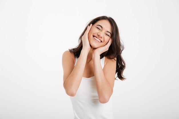 Retrato de una bella mujer vestida con una camiseta sin mangas riendo