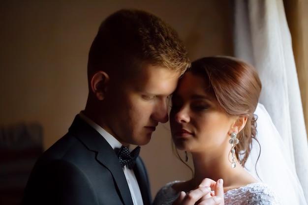 Retrato de una bella novia y novio enamorado
