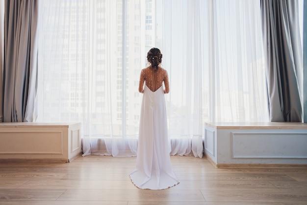 Retrato de una bella novia rubia en el interior.