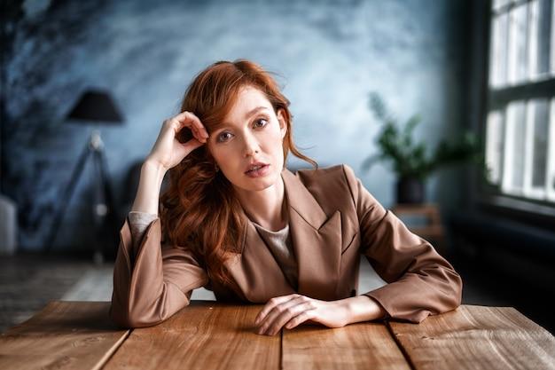 Retrato de una bella secretaria sentada en su escritorio