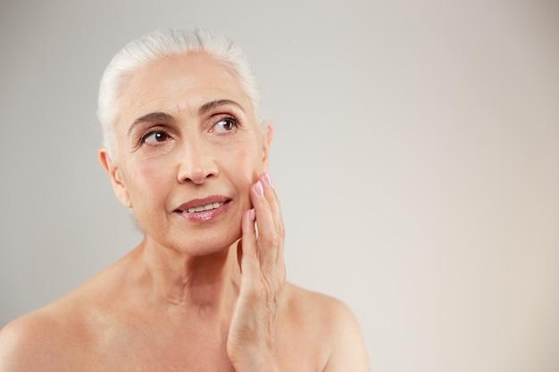 Retrato de belleza de una atractiva anciana desnuda