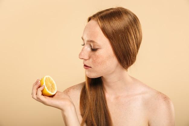 Retrato de belleza de una atractiva joven pelirroja en topless