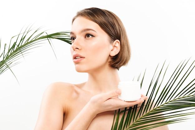Retrato de belleza de una atractiva mujer medio desnuda