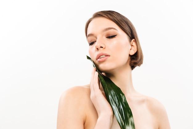 Retrato de belleza de una bella mujer semidesnuda