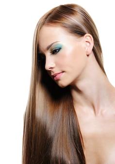 Retrato de belleza de cabello largo de joven rubia