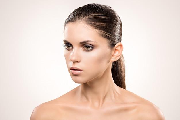 Retrato de belleza de chica con maquillaje nude.