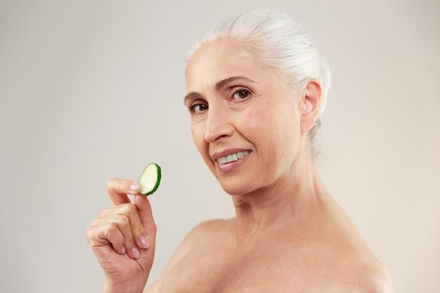 Retrato de belleza de una encantadora anciana medio desnuda