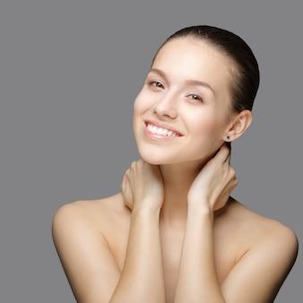 Retrato de belleza hermosa mujer tocando su rostro. piel fresca y perfecta. belleza pura