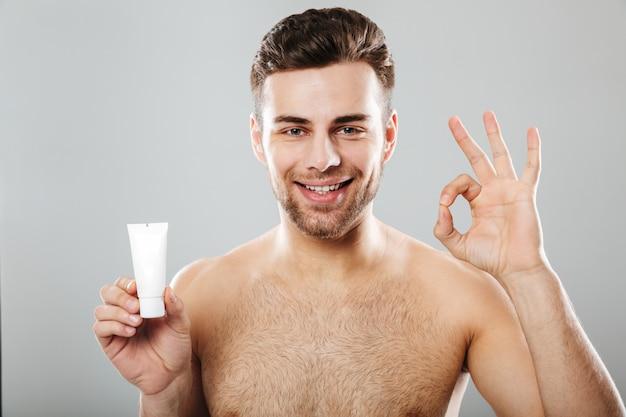 Retrato de belleza de un hombre medio desnudo sonriente