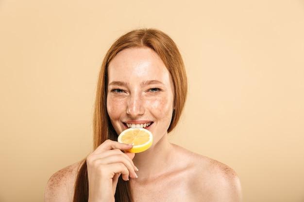 Retrato de belleza de una joven pelirroja en topless feliz