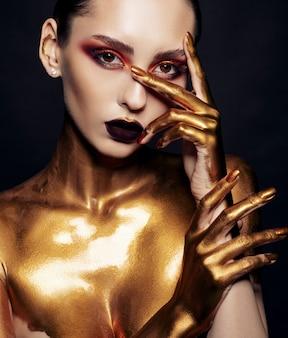 Retrato de belleza de modelo con maquillaje dorado