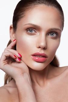 Retrato de belleza de modelo con maquillaje natural