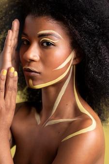 Retrato de belleza de mujer afro con maquillaje étnico