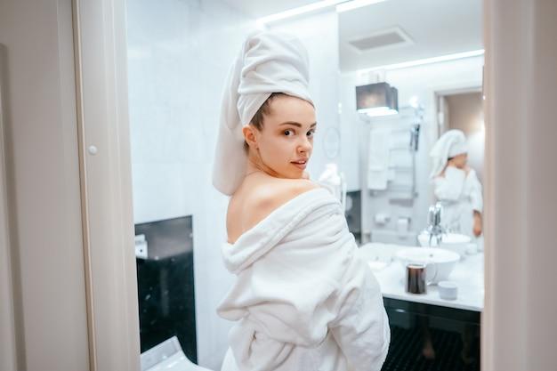 Retrato de belleza de mujer bonita vistiendo una toalla de baño blanca