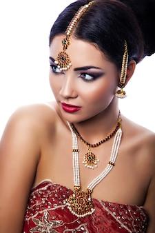 Retrato de belleza de mujer joven hermosa en estilo indio