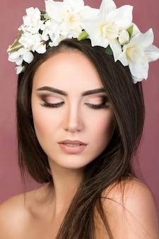 Retrato de belleza de mujer joven morena con corona de lirio blanco
