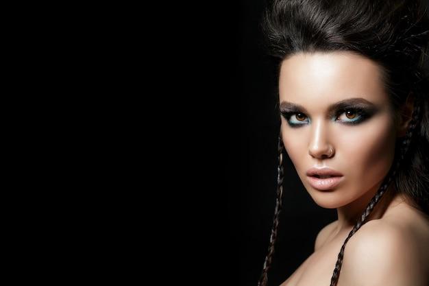 Retrato de belleza de mujer joven. piel perfecta y maquillaje de noche.
