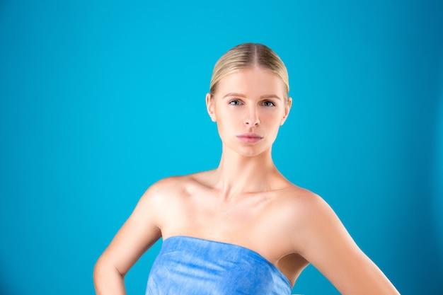 Retrato de belleza de mujer joven rubia en azul