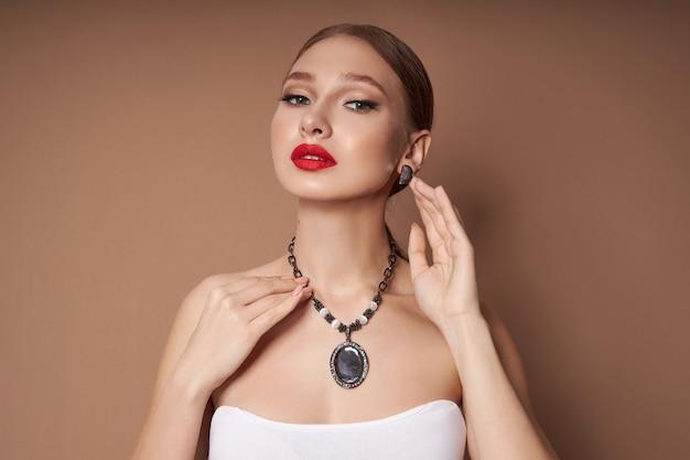 Retrato de belleza de una mujer con joyas