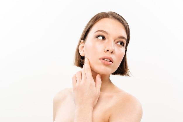 Retrato de belleza de una mujer medio desnuda