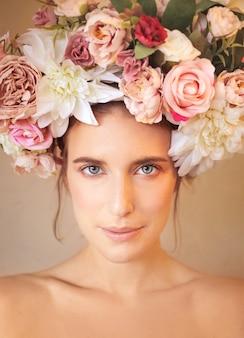 Retrato de la belleza de una mujer que llevaba el tocado de una flor