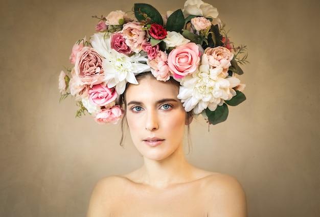 Retrato de belleza de una mujer que llevaba un tocado de flores