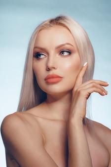 Retrato de belleza de una mujer rubia con piel perfecta y labios regordetes