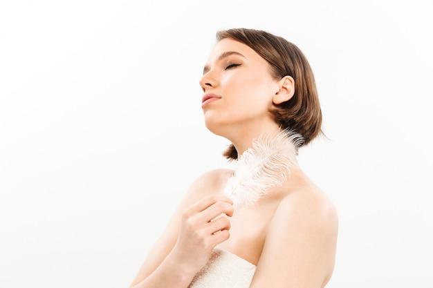 Retrato de belleza de una mujer sensual con el pelo corto y moreno