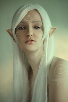 Retrato de belleza de niña en fantasía imagen de un duende. cabello blanco y faceart. largas orejas élficas. cuento de hadas.