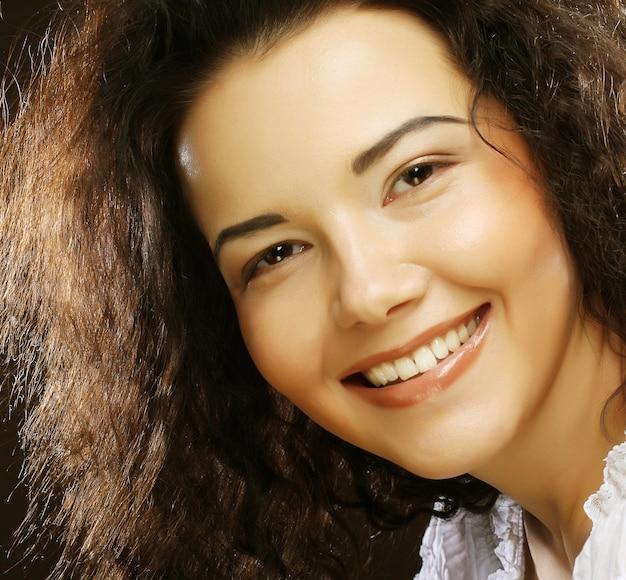 Retrato de belleza pelo rizado