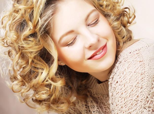 Retrato de belleza. pelo rizado.