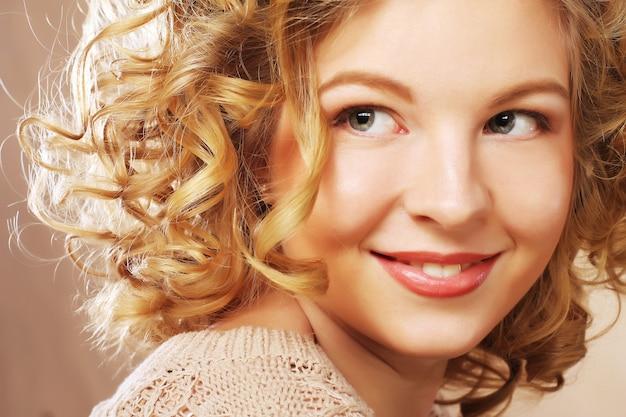 Retrato de belleza. pelo rizado