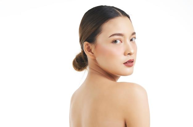 Retrato de belleza de rostro femenino con piel natural.