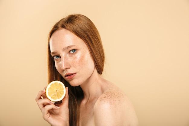 Retrato de belleza de una sensual joven pelirroja en topless