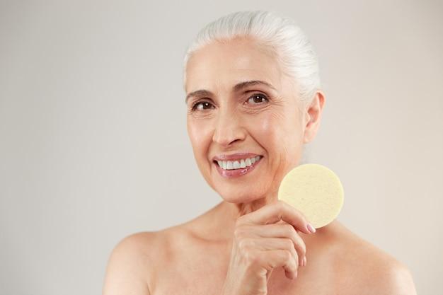 Retrato de la belleza de una sonriente anciana medio desnuda
