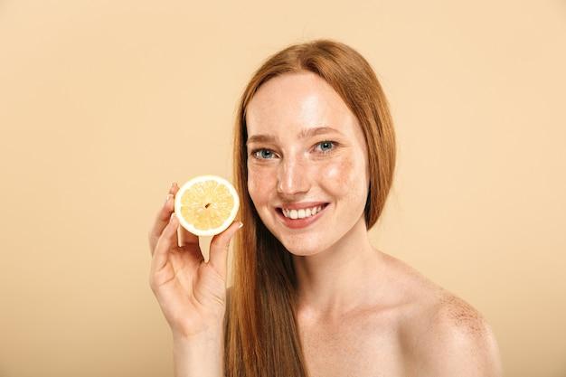 Retrato de belleza de una sonriente joven pelirroja en topless
