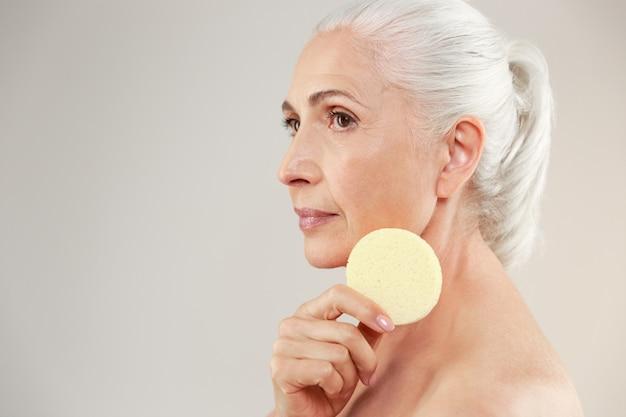Retrato de belleza de vista lateral de una anciana medio desnuda