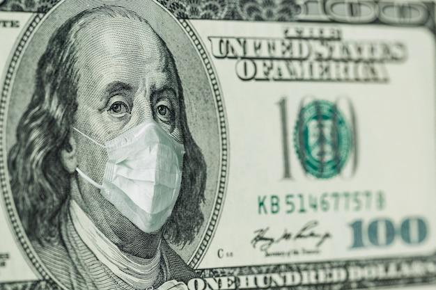 Retrato de benjamin franklin billetes de 100 dólares con una máscara médica del coronavirus covid-19.