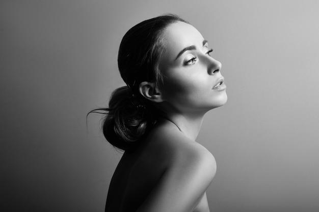 Retrato en blanco y negro de una mujer con primer plano de piel limpia perfecta. si