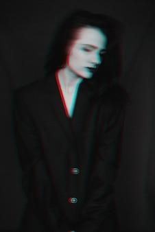 Retrato en blanco y negro de niña con efecto de falla y desenfoque